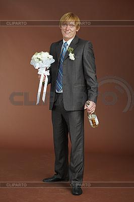 Groom z bukiet i butelkę wina musującego | Foto stockowe wysokiej rozdzielczości |ID 3147515