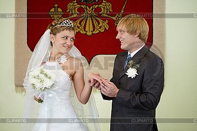 Braut und Bräutigam im Hintergrund des Wappens | Foto mit hoher Auflösung |ID 3148309