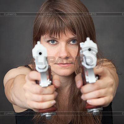 Серьезная девушка целится из двух пистолетов | Фото большого размера |ID 3156461