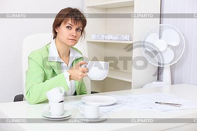 Frau mit sehr großer Tasse in der Hand | Foto mit hoher Auflösung |ID 3156799