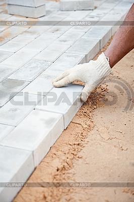 Installation von Ziegel-Plattform - Ziegelsteine \u200b\u200bauf Sand | Foto mit hoher Auflösung |ID 3159603