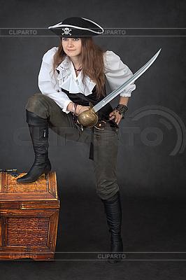 Sea Pirat mit Säbel und Brust mit Schätze | Foto mit hoher Auflösung |ID 3159629