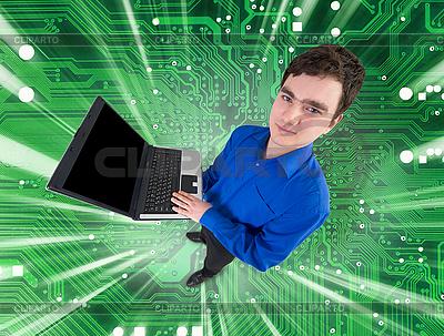Mensch mit Laptop auf elektronischer grünen Platine | Foto mit hoher Auflösung |ID 3159664