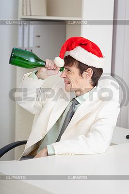 Kaufmann feiert Weihnachten im Büro am Arbeitsplatz | Foto mit hoher Auflösung |ID 3159687