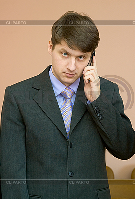 남자가 휴대 전화를 말한다 | 높은 해상도 사진 |ID 3160529