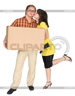 Mädchen küsst den Kerl holding box | Foto mit hoher Auflösung |ID 3161319