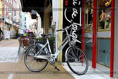 Fahrrad in der Nähe eines Geschäfts in Gorinchem geparkt   Foto mit hoher Auflösung  ID 3318796