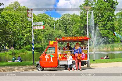 Koszyk Snack w parku miejskim w Amsterdamie. Niderlandy | Foto stockowe wysokiej rozdzielczości |ID 3367875