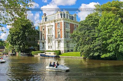 People boating on canals in Amsterdam. Netherlands | Foto stockowe wysokiej rozdzielczości |ID 3369324