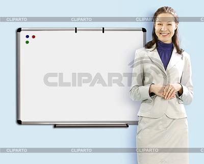 Учитель в костюме и очках с указателем