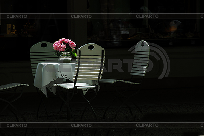 Круглый стол и белые складные стулья в парке | Фото большого размера |ID 3226562