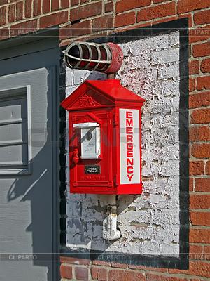 Rotes Feuerwehr-Telefon auf der Mauer | Foto mit hoher Auflösung |ID 3348886