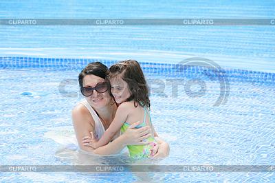 Mutter und ihr Baby Spaß im Schwimmbad | Foto mit hoher Auflösung |ID 3369499