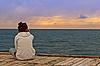 Das Mädchen schaut auf das Meer | Stock Foto