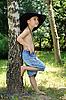 Junge in der Nähe der Birke | Stock Foto