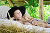 Junge liegt auf Heuboden | Stock Foto
