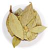 Фото 300 DPI: сухие лавровые листья на белой тарелке