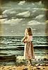 Niña en la playa. foto vieja estilizada | Foto de stock