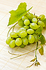 Photo 300 DPI: Bunch of white grapes with drops of dew