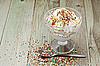 나무 테이블에 설탕 칩 아이스크림 | Stock Foto