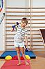 체육관에서 아령 소년 | Stock Foto