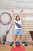 체육관에서 아령 소녀 | Stock Foto