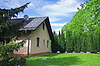 太阳能电池板的屋顶公寓 | 免版税照片