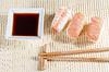 桌子上的三文鱼寿司寿司 | 免版税照片
