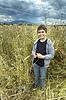 흐린 날에는 밀밭에서 소년의 초상화   Stock Foto
