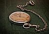 Stary zegar z łańcuchem leży na szorstkiej powierzchni zielonych | Stock Foto