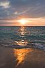 Photo 300 DPI: Calm ocean and beach on tropical sunrise