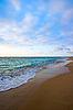 平静和平的海洋和沙滩上的热带日出 | 免版税照片
