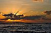 平静的海洋和沙滩上热带日出 | 免版税照片