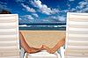 ID 3015408 | 沙滩椅牵着手的情侣,近洋 | 高分辨率照片 | CLIPARTO