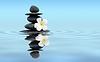 禅宗石头与鸡蛋 | 免版税照片