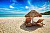 在帐篷沙滩两个躺椅   免版税照片
