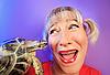 鲜艳的色彩与龟有趣的女人 | 免版税照片
