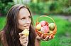 ID 3016784 | Piękny na zewnątrz Dziewczyna z jabłek i gruszek w żłobie | Foto stockowe wysokiej rozdzielczości | KLIPARTO