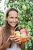 ID 3016789 | Piękna dziewczyna w ogrodzie z jabłek i gruszek | Foto stockowe wysokiej rozdzielczości | KLIPARTO
