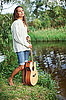 Mujer hermosa joven con la guitarra | Foto de stock
