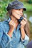 매력적인 젊은 여자 진 재킷과 베레모 입고 | Stock Foto