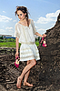 토양 채석장에 흰색 맨발 매력적인 아가씨 | Stock Foto