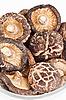 흰색에 유리 그릇에 말린 필드 버섯 | Stock Foto