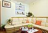 绘画室室内部分与米色的转角真皮沙发   免版税照片