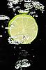在水中黑色石灰(柠檬) | 免版税照片