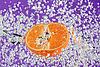 Фото 300 DPI: апельсин (мандарин) падает в фиолетовую воду
