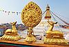 Bodhnath 사리탑 앞에 황금 브라흐마 기호 | Stock Foto