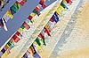 彩旗前的博达哈纳特(Bodhnath)的佛塔 | 免版税照片