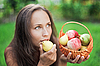 Photo 300 DPI: Beautiful woman outdoor with apples and pears