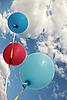 生动的彩色气球上蓝天 | 免版税照片